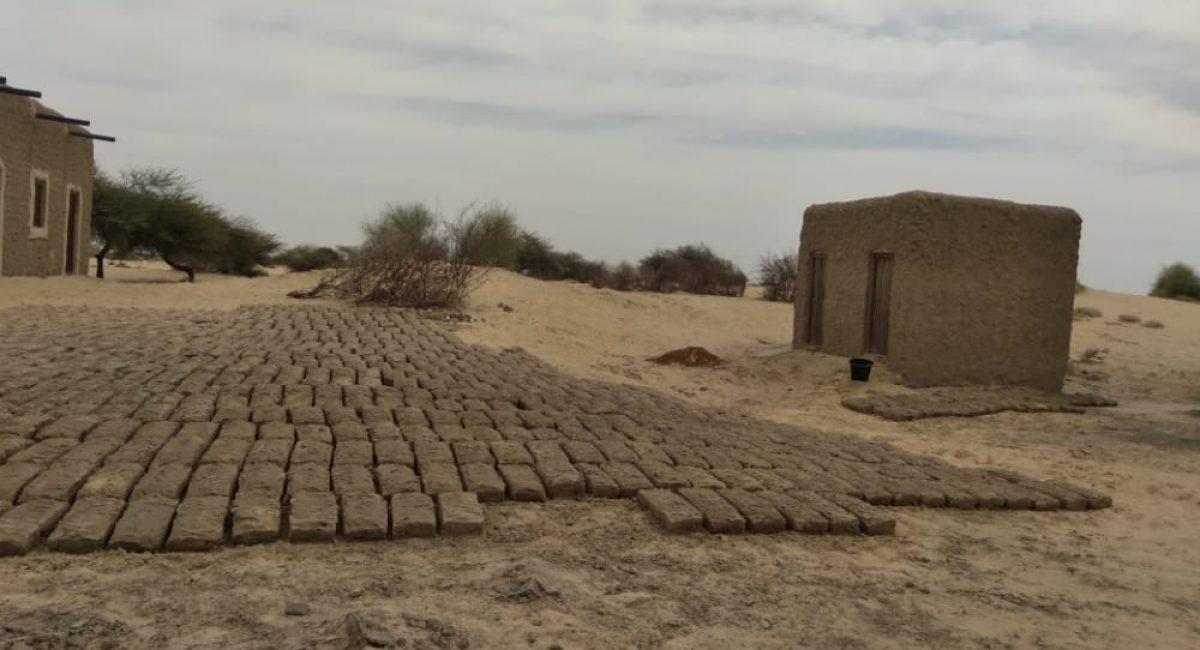 Preparing bricks for the Teachersroom. Photo: Bikima Ag Ibnou